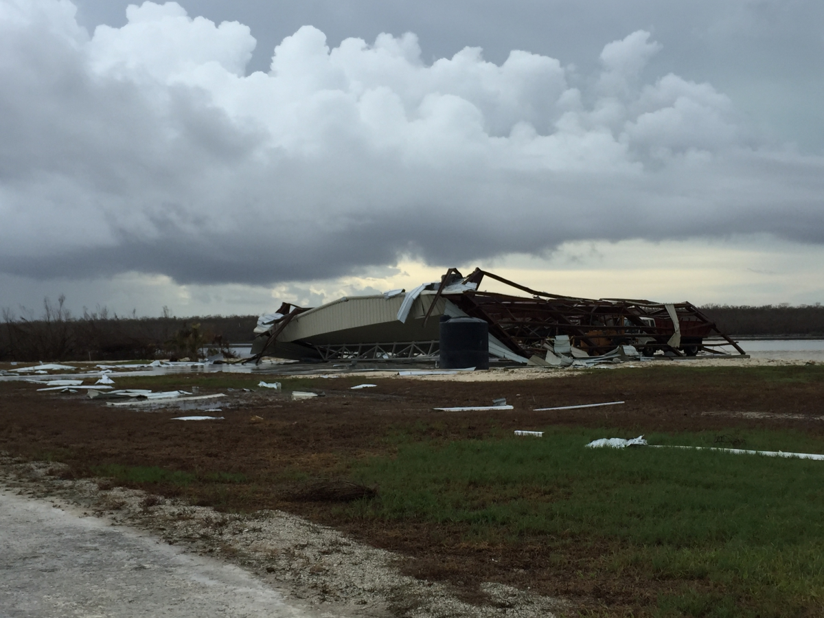 Crooked Island - zerstörter Hangar nach Orkan